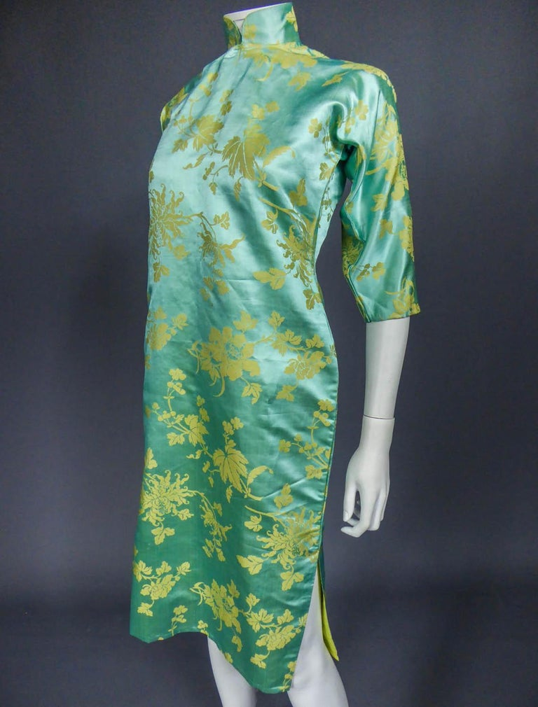 Chinese Qipao in sky-blue and straw-yellow silk damask, Circa 1950 For Sale 3