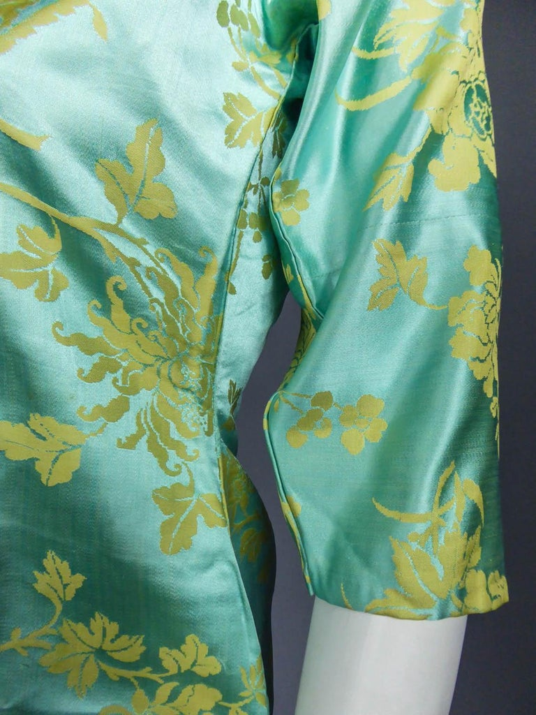 Chinese Qipao in sky-blue and straw-yellow silk damask, Circa 1950 For Sale 4