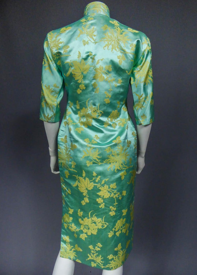 Chinese Qipao in sky-blue and straw-yellow silk damask, Circa 1950 For Sale 5