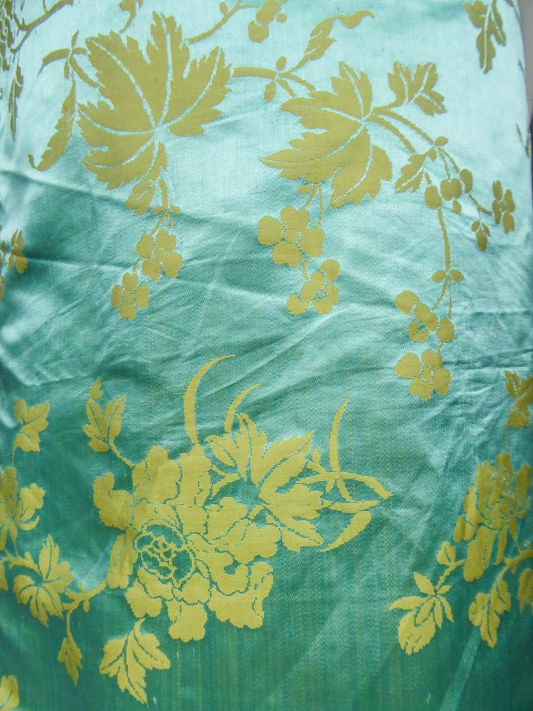 Chinese Qipao in sky-blue and straw-yellow silk damask, Circa 1950 For Sale 7