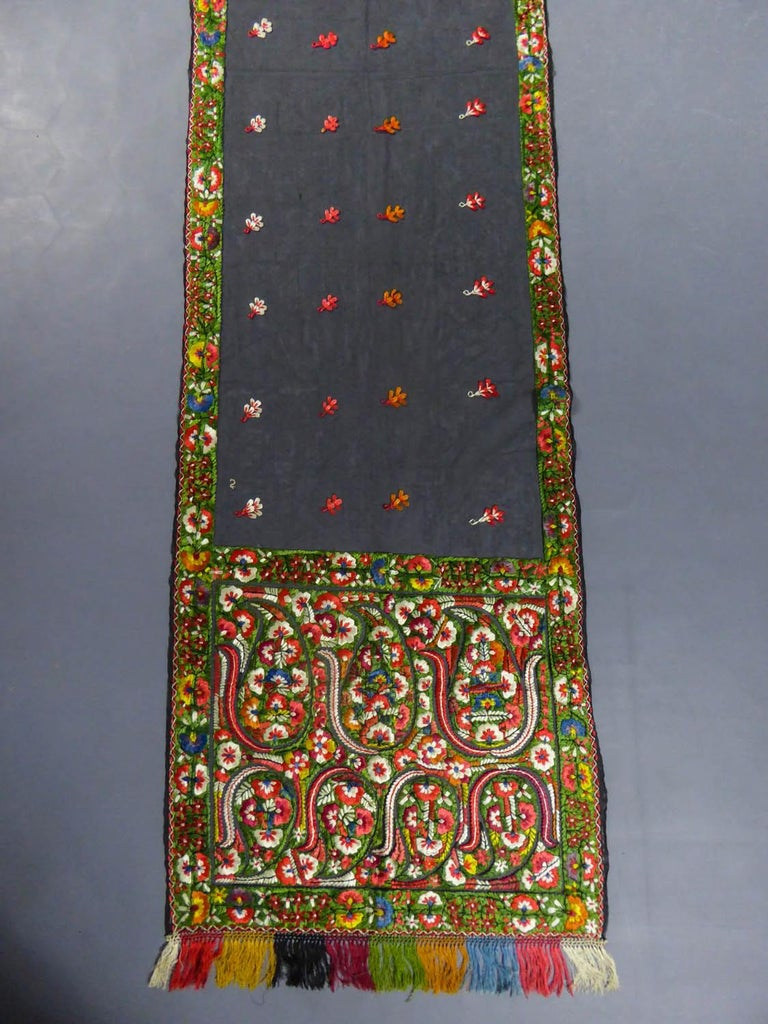 Brown Dehli stole in tulle embroidered with floss-silk  - India for export Circa 1830 For Sale