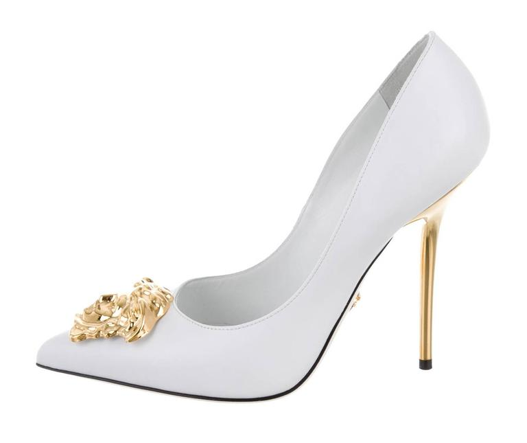New Versace White Leather Medusa Pumps Heels It. 38.5 In New Never_worn Condition For Sale In Montgomery, TX