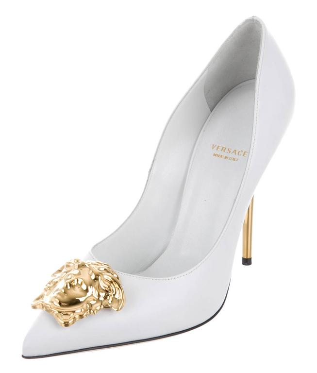 Women's New Versace White Leather Medusa Pumps Heels It. 38.5 For Sale