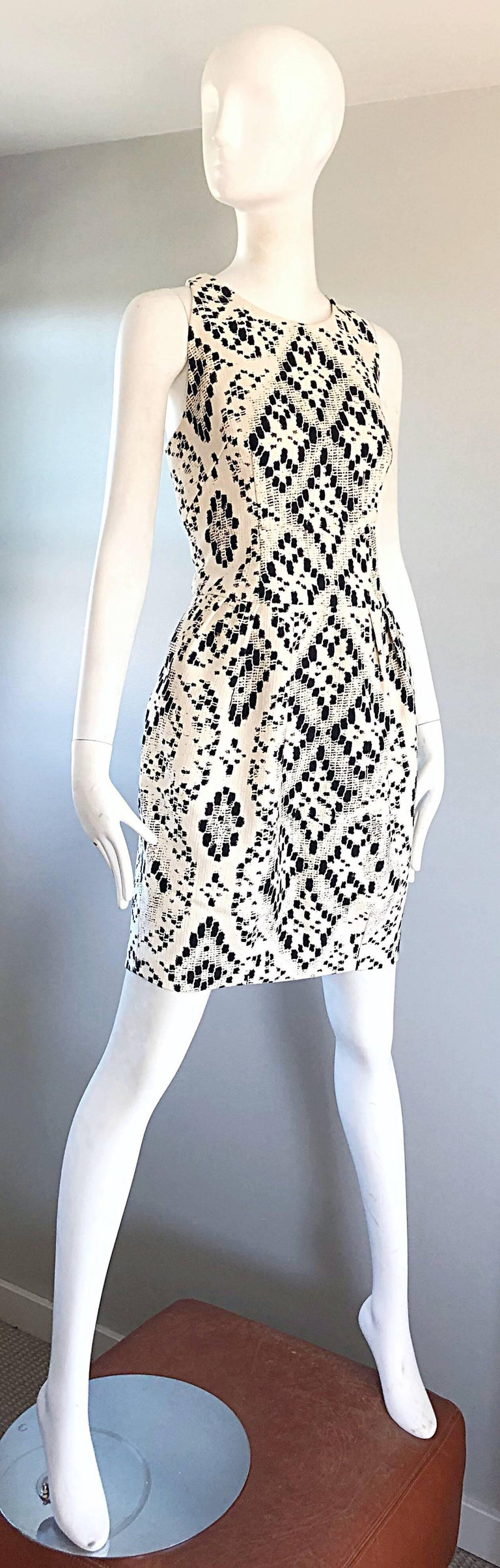 Giambattista Valli Size 10 / 12 Black and White Abstract Sleeveless Dress In Excellent Condition For Sale In Chicago, IL