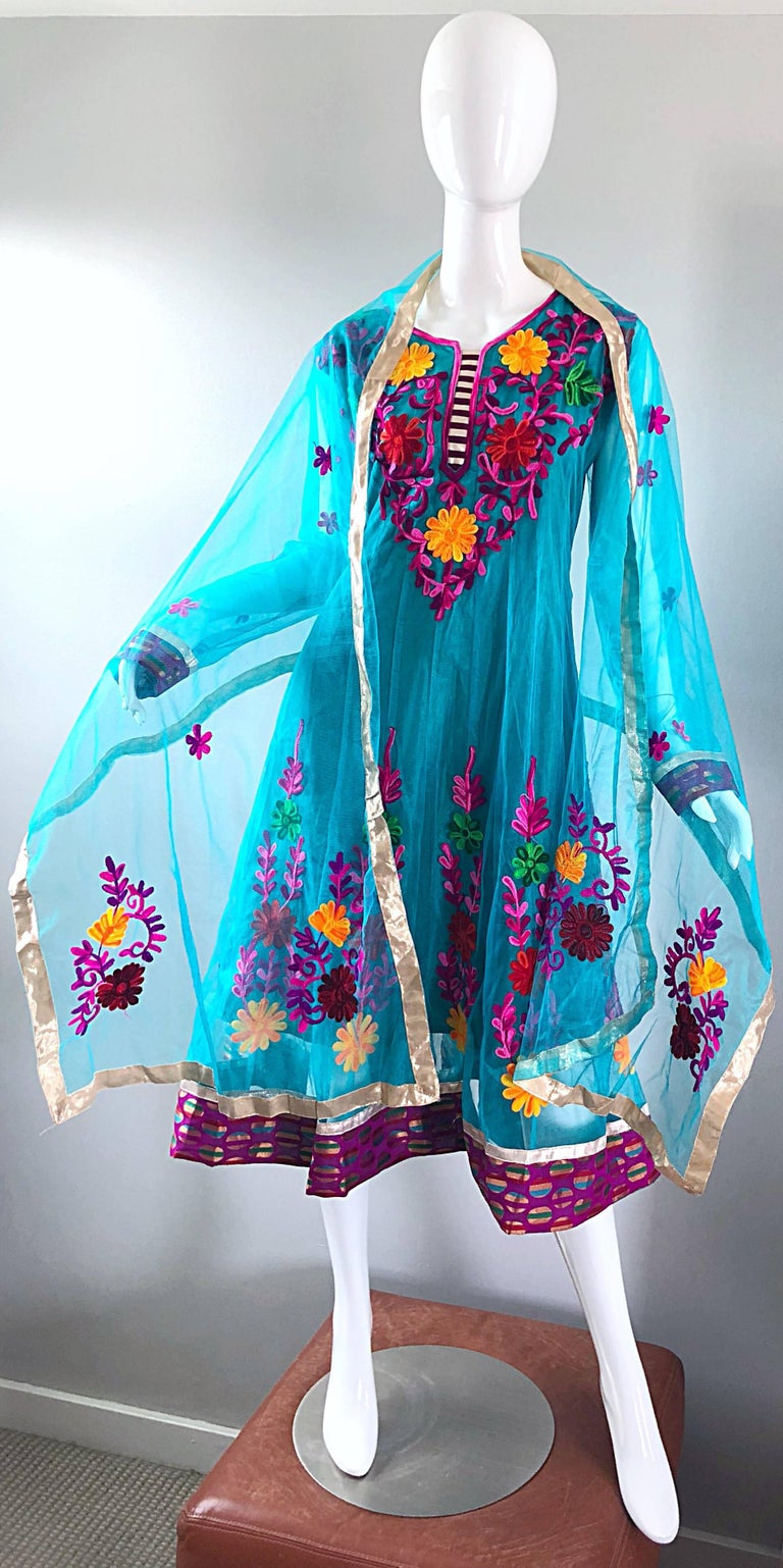 Gorgeous 1970s Turquoise Blue Embroidered Vintage Indian Kurta 70s Dress + Sash For Sale 2