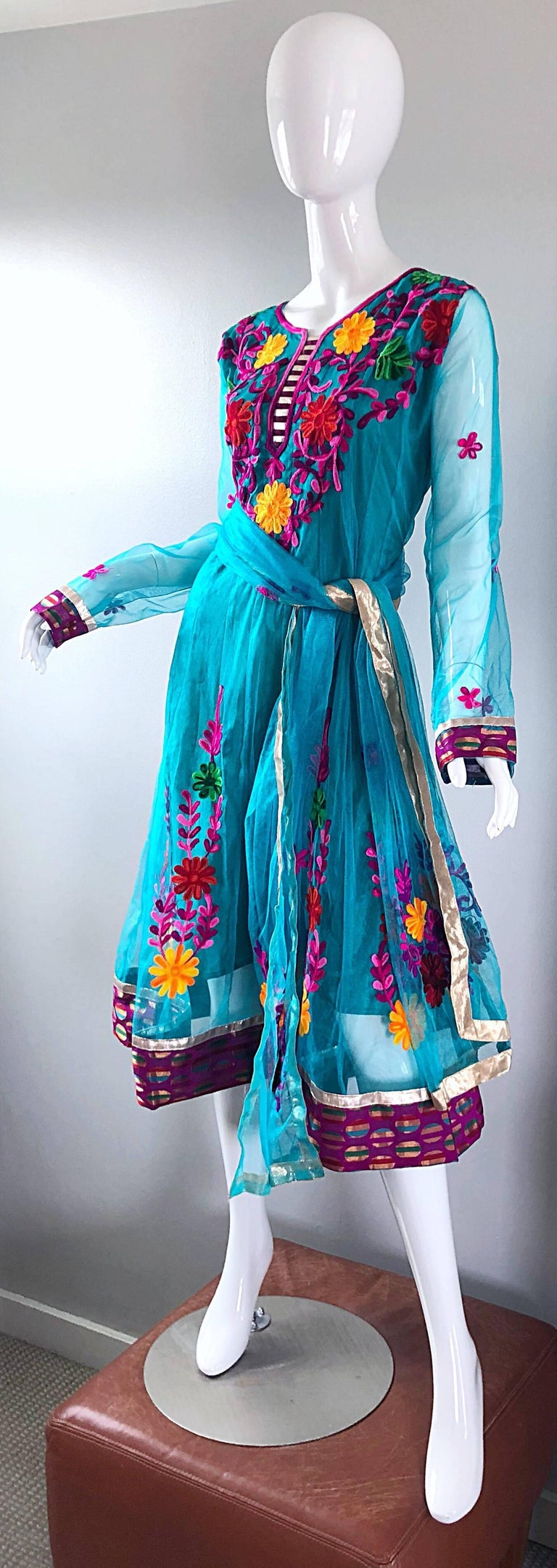 Gorgeous 1970s Turquoise Blue Embroidered Vintage Indian Kurta 70s Dress + Sash For Sale 5
