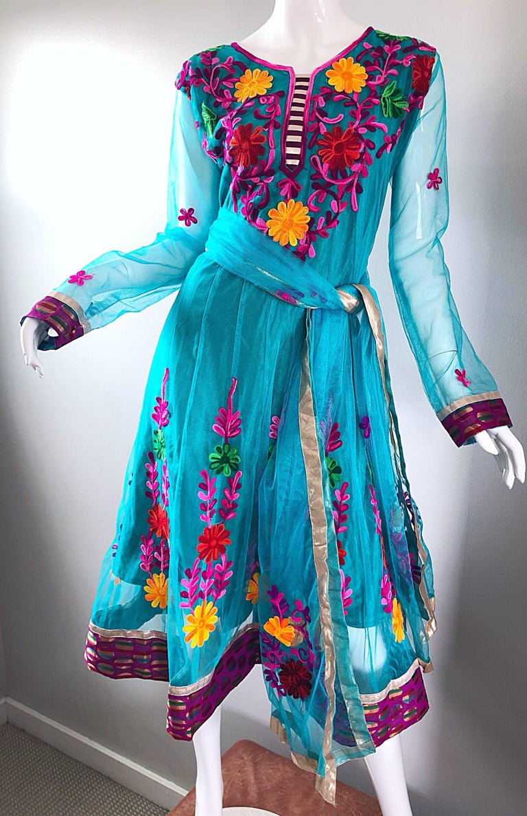 Gorgeous 1970s Turquoise Blue Embroidered Vintage Indian Kurta 70s Dress + Sash For Sale 6