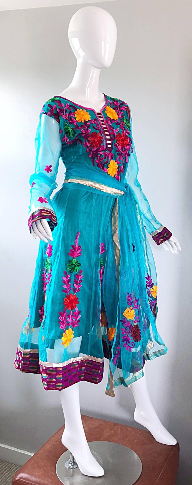 Gorgeous 1970s Turquoise Blue Embroidered Vintage Indian Kurta 70s Dress + Sash For Sale 8