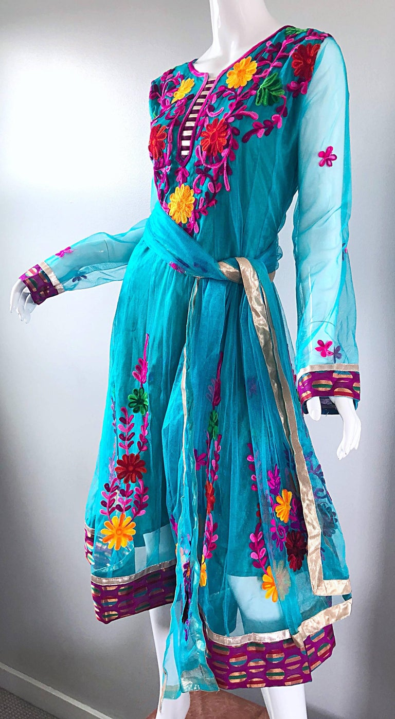 Gorgeous 1970s Turquoise Blue Embroidered Vintage Indian Kurta 70s Dress + Sash For Sale 9