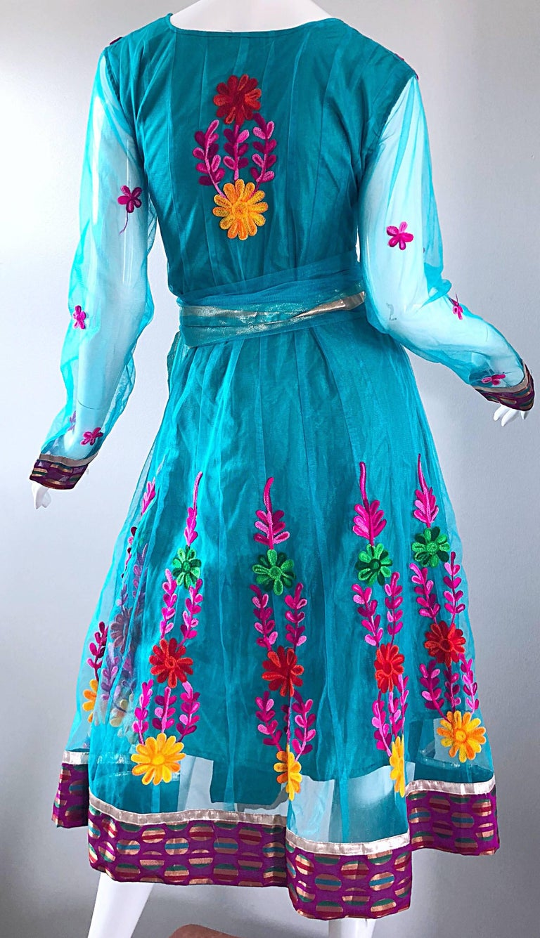 Gorgeous 1970s Turquoise Blue Embroidered Vintage Indian Kurta 70s Dress + Sash For Sale 11