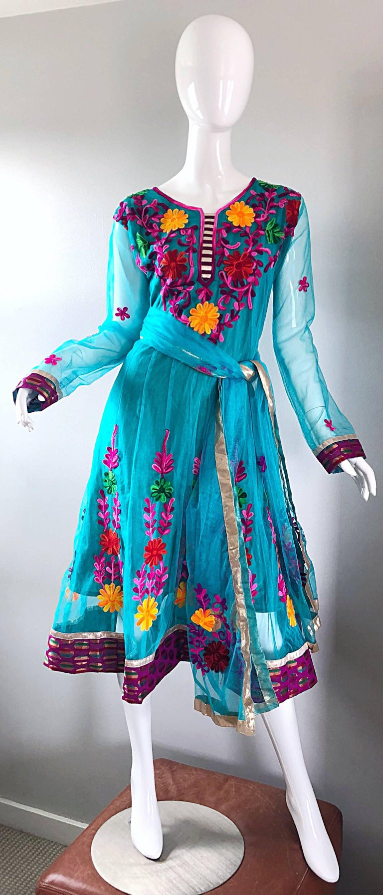 Gorgeous 1970s Turquoise Blue Embroidered Vintage Indian Kurta 70s Dress + Sash For Sale 12