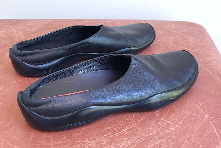 1990s Prada Size 37.5 US 7.5 Black  Leather VintageUIKeyIn 90s Flats Clogs Shoes For Sale 6