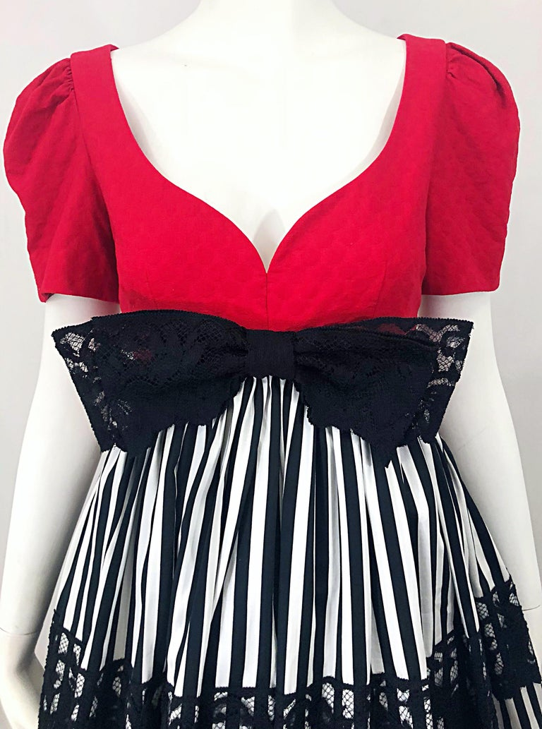 Vintage Adele Simpson Red + Black + White Fit n' Flare Empire Bow Lace Dress In Excellent Condition For Sale In Chicago, IL