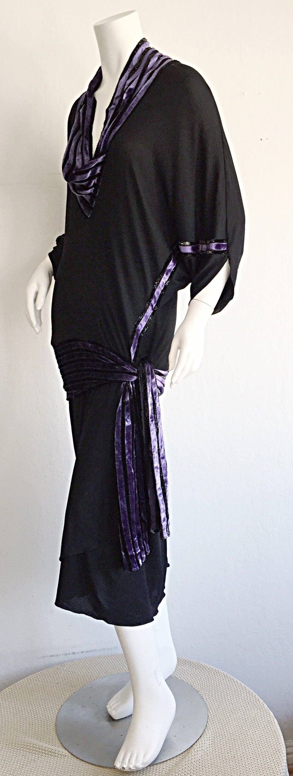 Incredible vintage Janice Wainwright black jersey and purple velvet dress! Iconic piece, that reflects Wainwright's incredible attention to detail, which in turn flatter the body in an indescribable way. Black silk jersey, with a purple silk velvet