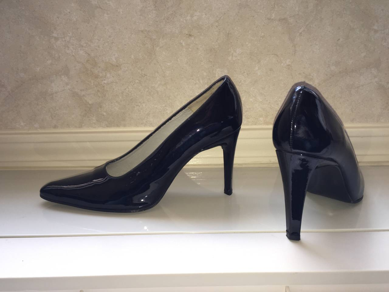 Vintage Carlos Falchi Classic Black Patent Leather Pumps / Heels / Shoes Size 8 In Excellent Condition For Sale In Chicago, IL