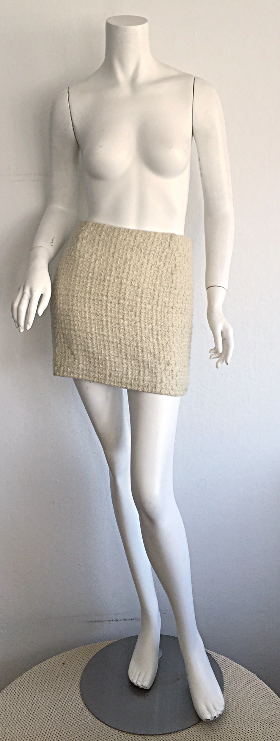 Sexy vintage Gianni Versace Couture mini skirt!!! Beautiful Ivory/Off-white color, in a beautiful cashmere/wool blend, that makes for a fabulous boucle effect! Easily transitions from day to night. Looks great with a simple tank, and boots. Yet,