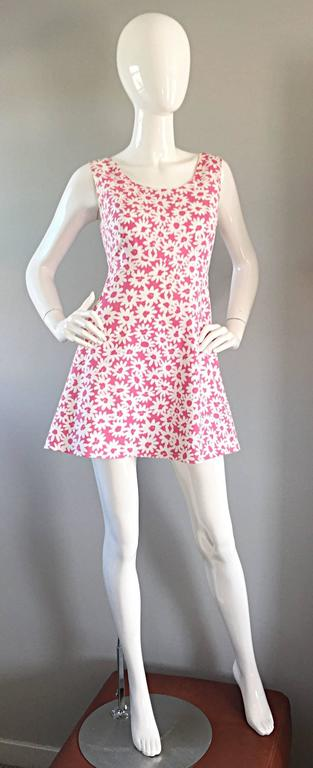 Adorable vintage JILL STUART pink and white daisy graffiti print A-Line babydoll dress! Wonderful flared hem, with a fitted bodice. Lightweight cotton, that is lined. Hidden zipper up the back, with hook-and-eye closure. Looks great belted or alone.
