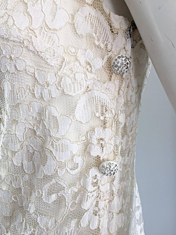 Lisa Howard Vintage White Lace 1960s 60s Rhinestone Buttons Tiered Shift Dress In Excellent Condition For Sale In Chicago, IL