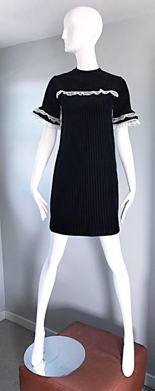 1960s Black and White Chic Velvet and Lace Vintage A - Line Shift 60s Dress 2