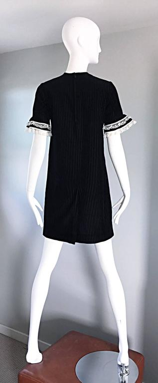 1960s Black and White Chic Velvet and Lace Vintage A - Line Shift 60s Dress 4
