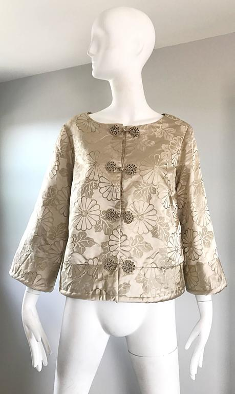 Stunning 1960s DYNASTY beige silk Asian swing jacket! Luxurious soft silk holds shape nicely. Chic bell sleeves. Knotted silk buttons up the bodice. Has a pocket on each side of the waist. Can easily be dressed up or down. Great with jeans,
