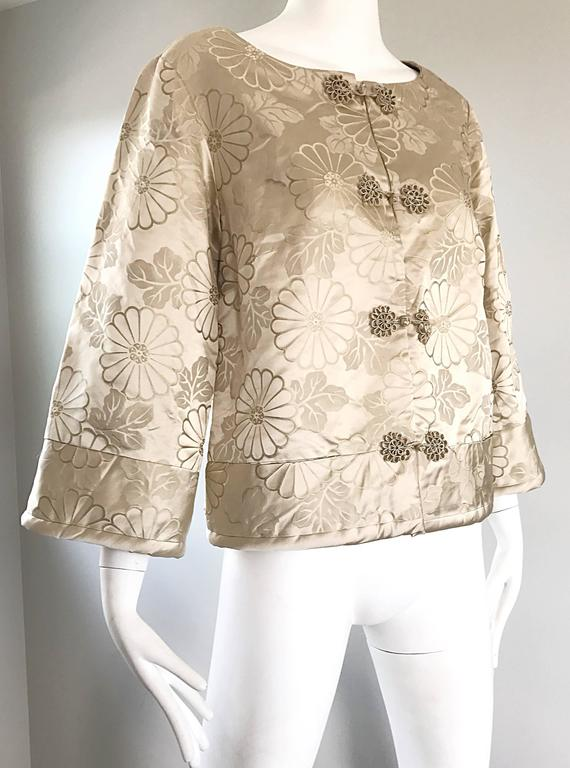 1960s Dynasty Beige Silk Flower Asian Gorgeous Vintage 60s Swing Jacket  In Excellent Condition For Sale In San Francisco, CA