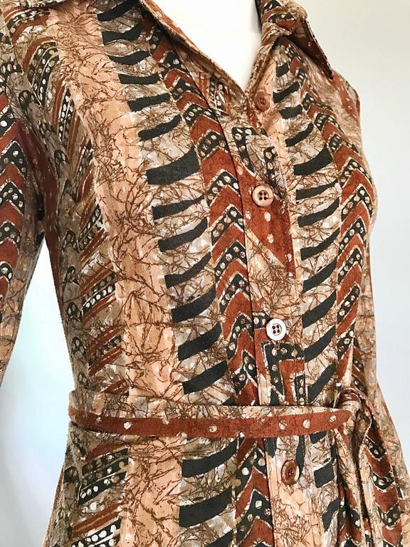 Bonwit Teller 1970s Batik Print Belted Cotton 70s Vintage Brown Safari Dress  In Excellent Condition For Sale In Chicago, IL