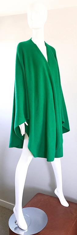 Halston Kelly Green Fabulous Signature Knit Dramatic Sweater Cape, 1970s In Excellent Condition For Sale In Chicago, IL