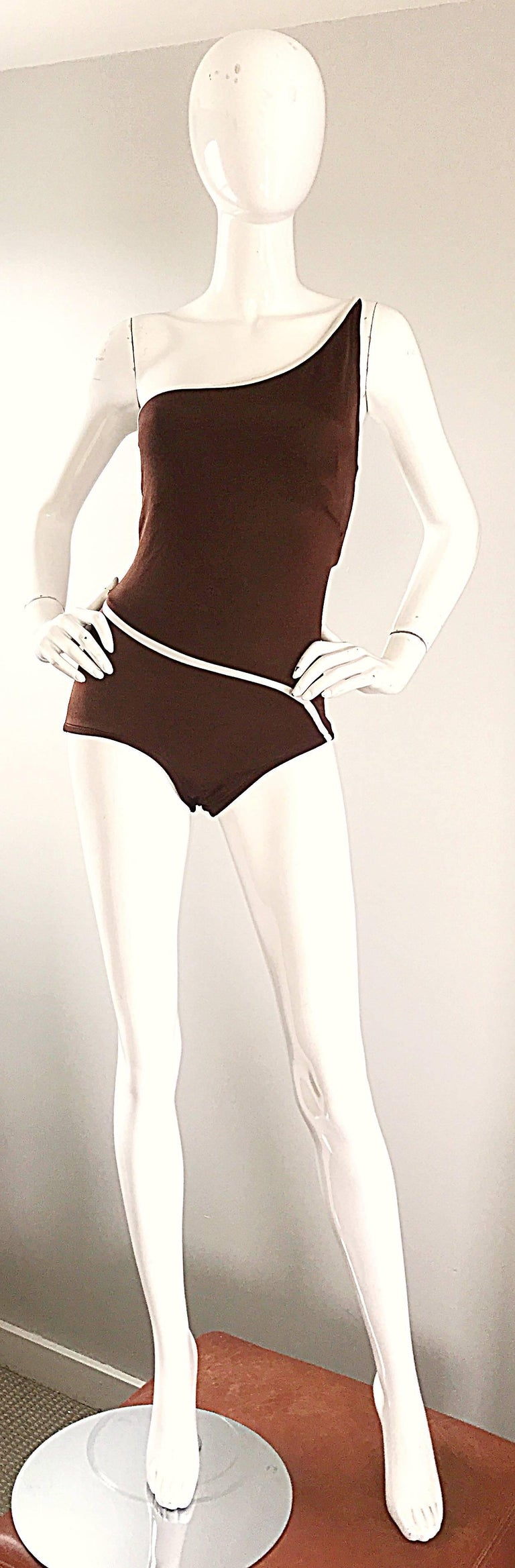 Sexy 70s BILL BLASS chocolate brown and white one shoulder swimsuit or bodysuit! Features a sloped with stripe at waistband, and above the bust. Built in interior support at bust. Great for the beach, pool, or paired with shorts, jeans, or a skirt