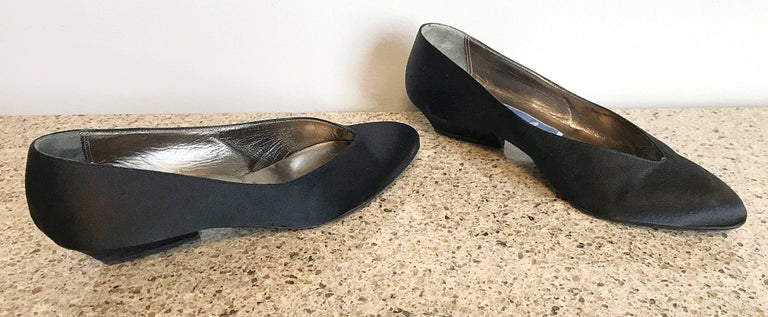 Avant Garde vintage 80s black silk satin flats! The perfect comfortable and stylish pair of shoes. Features a pointed curve, with an angular heel. Can easily be dressed up or down. Great with shorts, jeans, a skirt, a dress, or a suit. In great