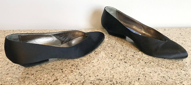 Vintage Thierry Mugler Size 7 1980s Avant Garde  Black Silk Satin Flats Shoes In Excellent Condition For Sale In Chicago, IL