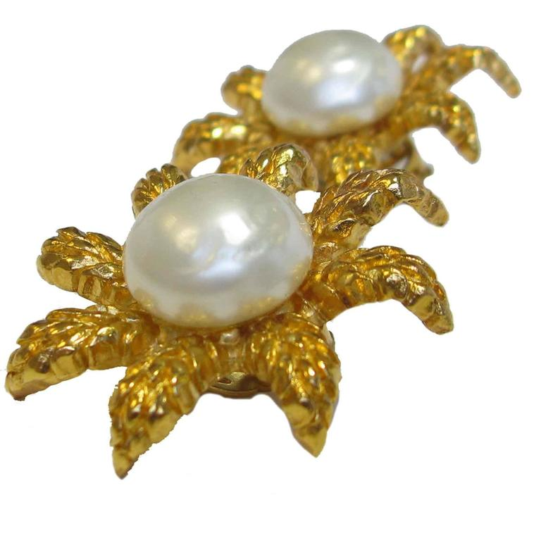 CHANEL Clip-On Earrings Ear of Wheat in Gilt Metal and Glass Pearl In Good Condition For Sale In Paris, FR