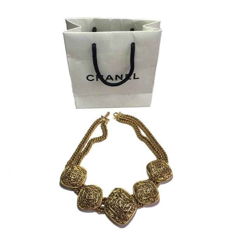 Chanel couture necklace in gold metal. Double mesh chain and hook clasp. 5 medals, diamond shape, structured with a CC in the center.  Brand mark on the back of the necklace. S of the sales on the back. In good condition.  Dimensions: total length: