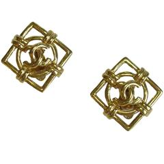 Vintage CHANEL Square Clip-on Earrings in Gilt metal