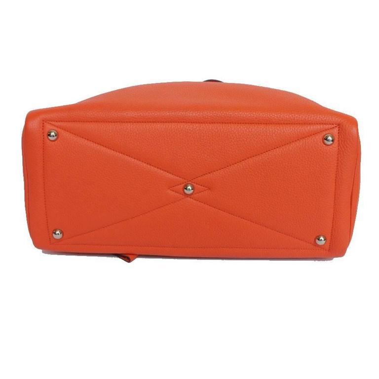 HERMES Victoria Orange Fire Clemence Leather Shoulder Bag In Excellent Condition For Sale In Paris, FR