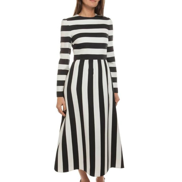 Very elegant long dress Valentino in wool and silk with black and white stripes. Lined with white silk.  It closes with a zipper on the back.  Dimensions flat: shoulder width 35 cm, length of the sleeves 59 cm. Width of bottom 75 cm.