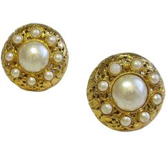 Vintage CHANEL Clip-on Earrings Couture in Gilt Metal and Glass Pearls
