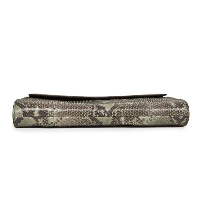 GUCCI Clutch in Green Bronze Colored Python In Excellent Condition For Sale In Paris, FR