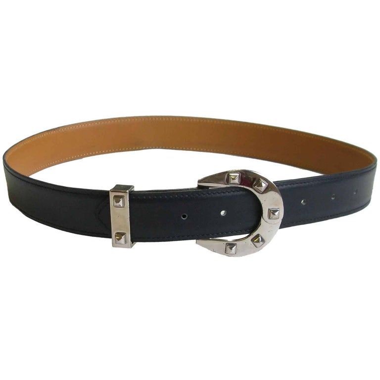 Hermes leather belt in navy blue leather and a horseshoe buckle studded in palladium silver. Size 72, letter C in a square (year 1999). Made in France.  Dimensions: width: 2,8 cm, total length (leather + buckle): 88 cm, shortest: 69,5 cm, in the