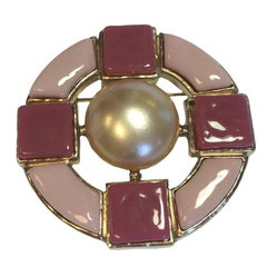 CHANEL Round Brooch in Gilded Metal and Pink Molten Glass