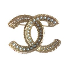 CHANEL CC Brooch in Gilded Metal set with Pearls