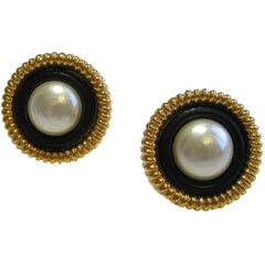 Vintage CHANEL Round Clip-on Earrings in Gilded Metal and Pearl