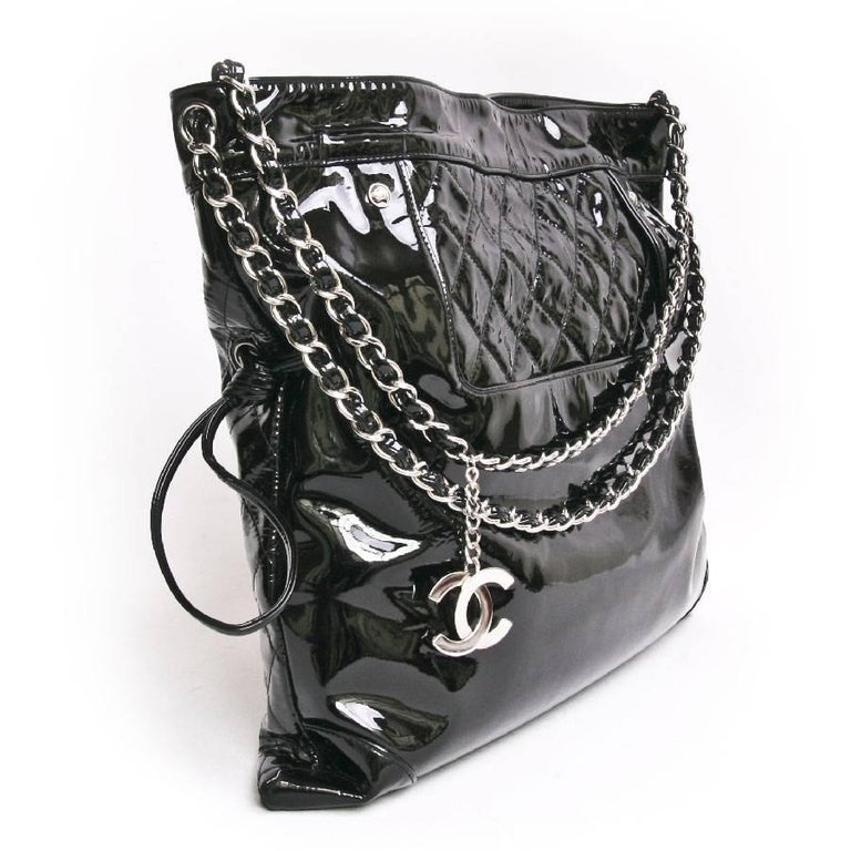 44d61df8ec09 CHANEL Messenger Bag in Black Patent Leather Big size In Excellent  Condition For Sale In Paris