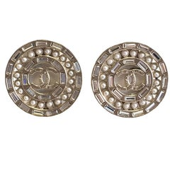 CHANEL Round Clip-on earrings in Gilded Metal, CC and Rhinestones