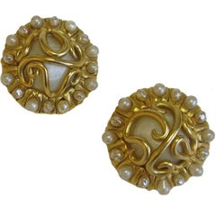 CHANEL Vintage Clip-on Earrings in Gilded Metal, mother-of-Pearl and Pearls