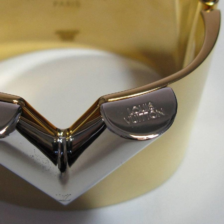 ea20ce2686768 LOUIS VUITTON  Essential V  Cuff Armband aus Goldenem Messing bei ...