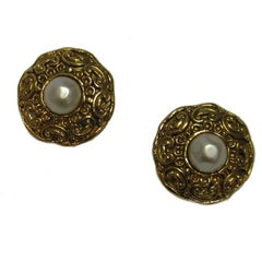 CHANEL Vintage Clip-on Earrings in Gilded Metal and Pearly Bead in a Center