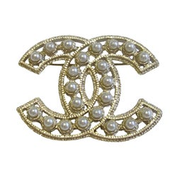 CHANEL CC Brooch in Gilded Metal set with Pearl Beads