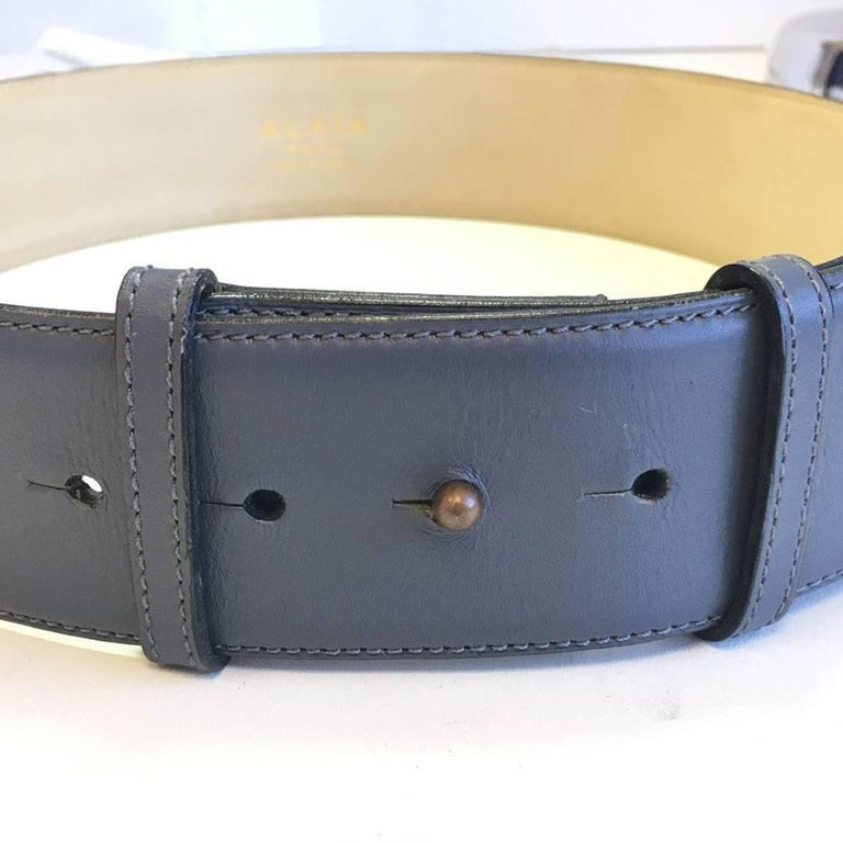 ALAÏA Belt in Dark Gray Leather and Beige Suede Size 75FR For Sale 3