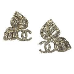 CHANEL Leaves and CC Stud earrings in Matt Gilded Metal, Rhinestones and Pearls